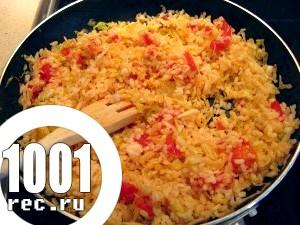 Ароматний рис з омлетом і зеленню в сковороді вок.