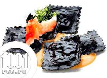 Чорні равіолі з морепродуктами