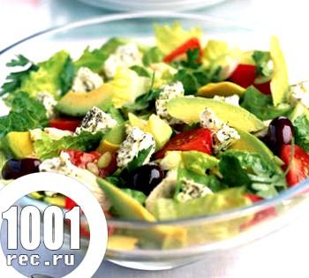Грецький острівної салат із запеченою куркою та авокадо
