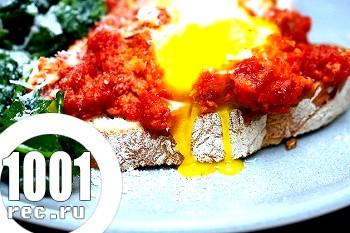 Яєчня в томатному соусі