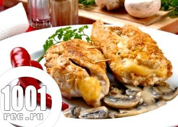 Курячий рулет з грибами, горіхами і сиром у духовці