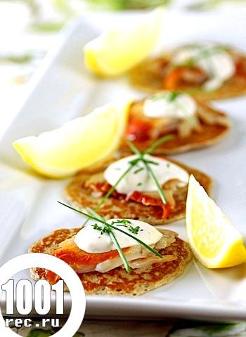 Оладки з гречки з салатом з лососини