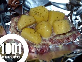 Відбивні з яловичини у фользі з картоплею