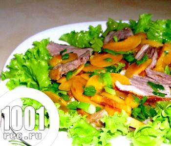 Святковий салат з качатина і персиками
