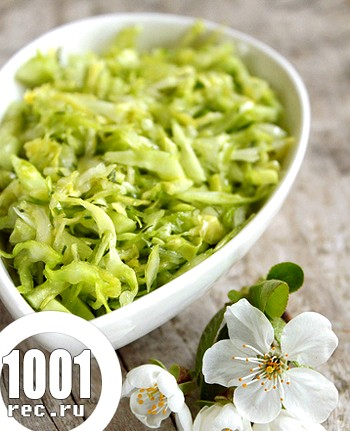Простий салат з молодої капусти