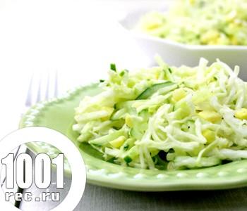 Салат з білокачанної капусти з огірками і яблуком