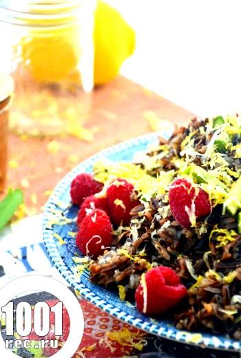 Салат з індички і рису з малиною
