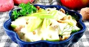 Салат з яблук, картоплі та горіхів «Дачний».