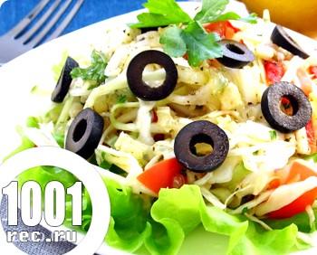 Салат з капусти з помідорами, огірками та оливками