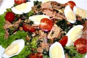 Салат з макаронів, грибів і консервованого тунця «Делікат».