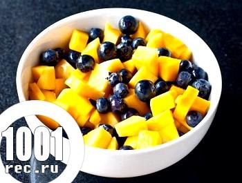 Салат з манго і чорниці з імбирним сиропом