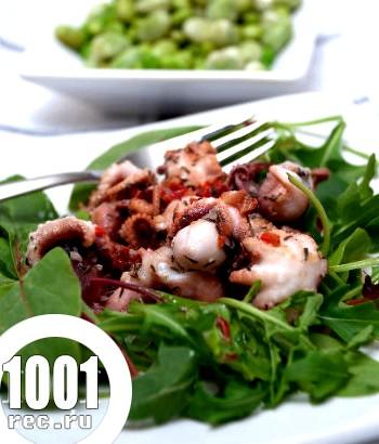 Салат з восьминогів і кальмарів з помідорами чері