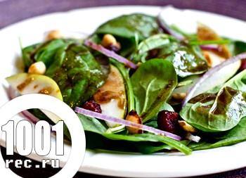Салат зі шпинату з грушею, журавлиною і горіхами