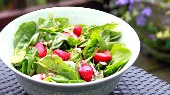 Салат зі шпинату з полуницею