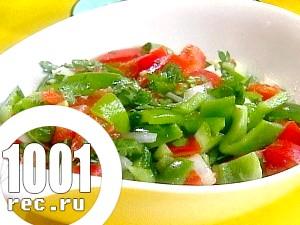 Салат з солодкого перцю, бурих помідорів і зелені.