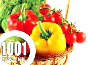 Салат з солодкого перцю з цибулею і помідорами.