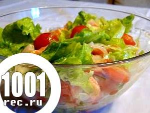 Салат зі свіжих помідорів та листя зеленого салату.