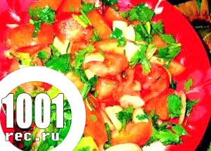 Салат зі свіжих помідорів і ріпчастої цибулі.