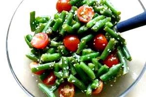 Салат зі свіжих помідорів і зеленої квасолі.