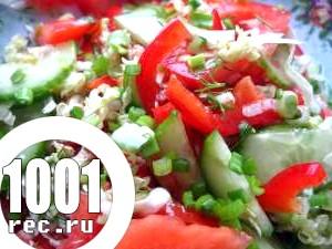 Салат зі свіжих помідорів, малосольних огірків і зеленого салату.
