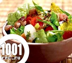 Салат зі свіжих помідорів, огірків і молодої картоплі.