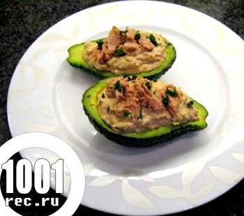 Салат з авокадо і тунцем
