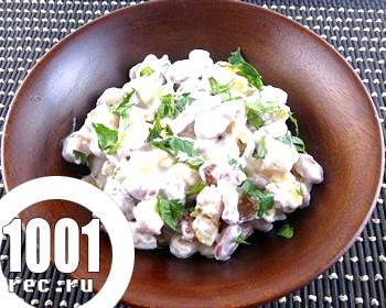 Салат з квасолею, ковбасою та сухариками