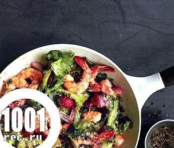 Салат з креветками, куркою, чорносливом і перцем
