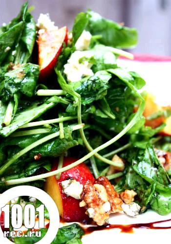 Салат з персиками і горгонзолою