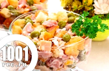 Салат з сухариками, огірками і зеленим горошком