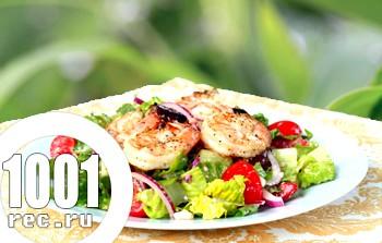 Салат зі смаженими креветками і маринованим червоним луком