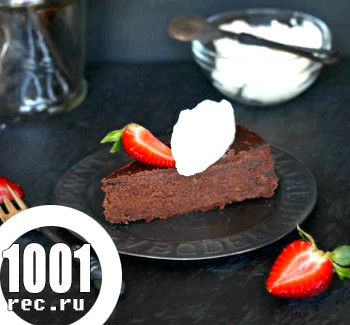 Шоколадний пиріг без борошна з полуницею і вершками