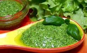 Соус з рослинної олії і зелені.