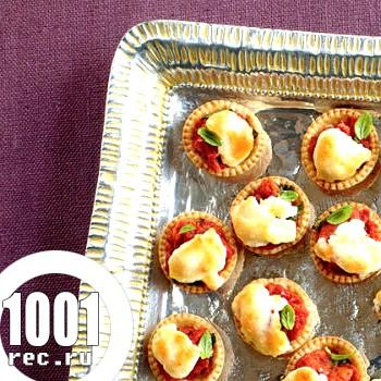 Тарталетки з помідорами і сиром