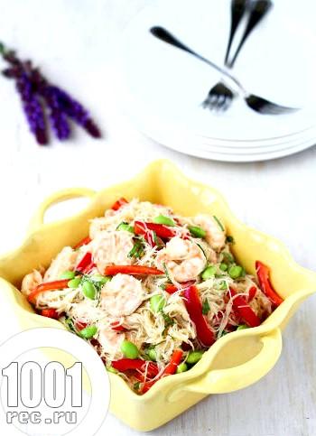 Теплий салат з креветками, горбушею і скляною локшиною