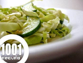 Весняний салат з огірками і капустою